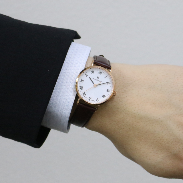 30mmの時計をつけた男性の手