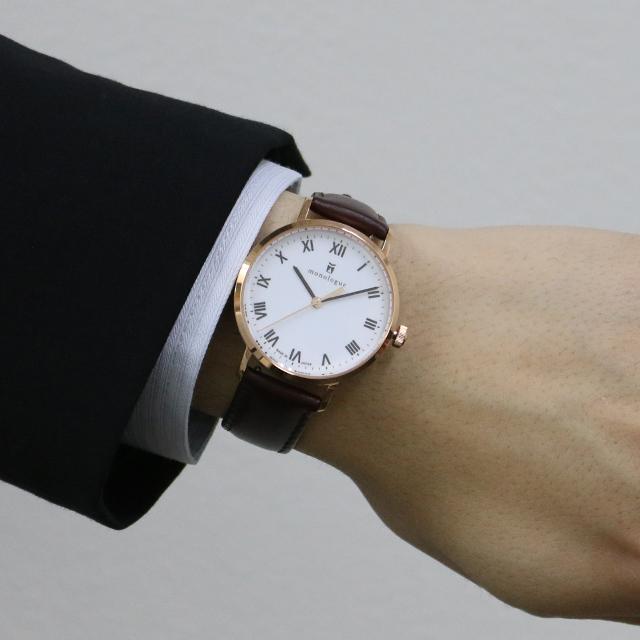 36mmの時計をつけた男性の手