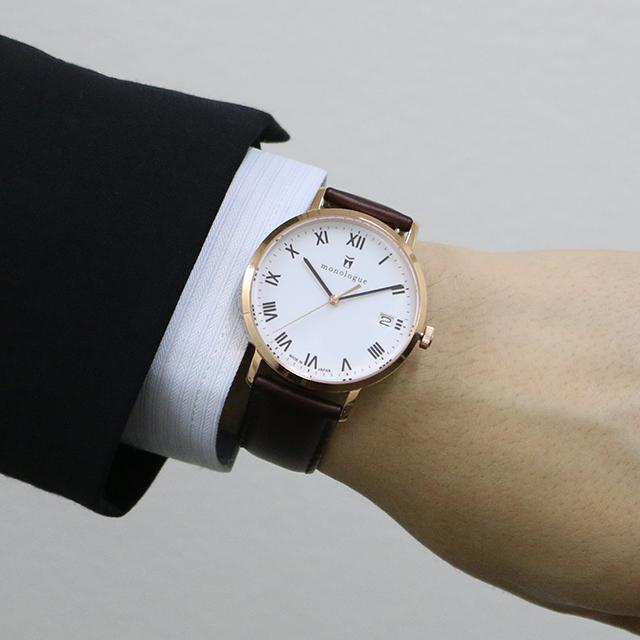 40mmの時計をつけた男性の手