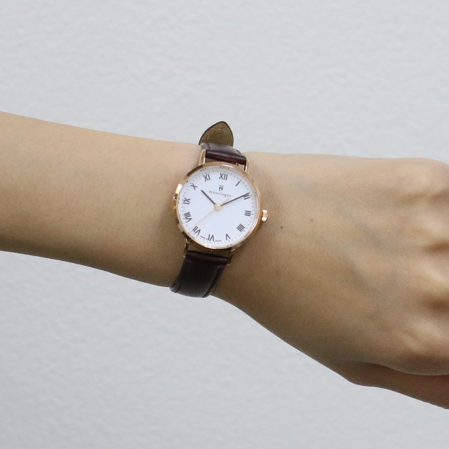 30mmの時計をつけた女性の手