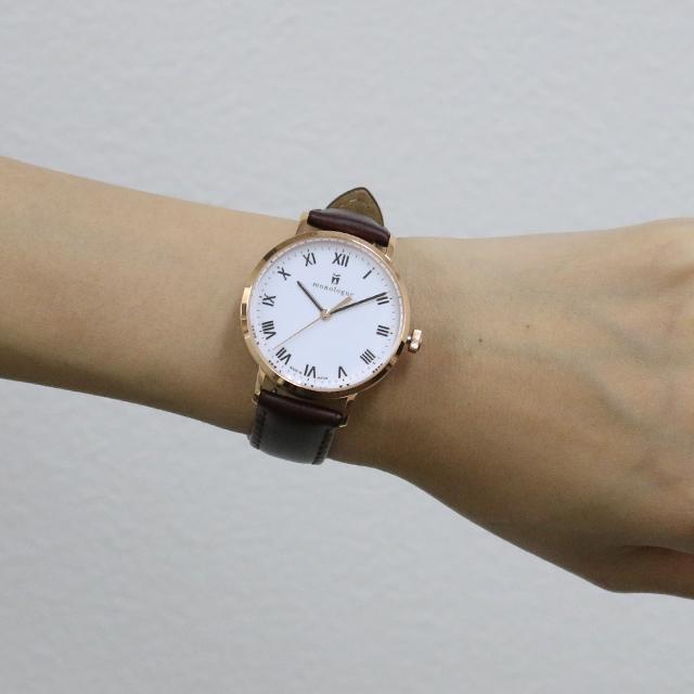 36mmの時計をつけた女性の手